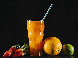 Bilder Fruchtsaft Erdbeeren Orange Frucht Limette Schwarzer Hintergrund Trinkglas Lebensmittel