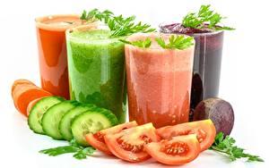 Bilder Fruchtsaft Tomate Gurke Smoothie Weißer hintergrund Trinkglas Geschnittene