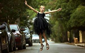 Hintergrundbilder Kleine Mädchen Kleid Sprung Julia Altork Kinder