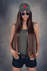 Fotos Model Shorts Unterhemd Haar Baseballcap Brille Blick Justyna Luksza Mädchens