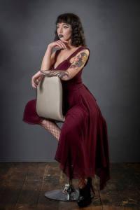 Hintergrundbilder Sessel Sitzt Kleid Hand Starren Kat Mädchens
