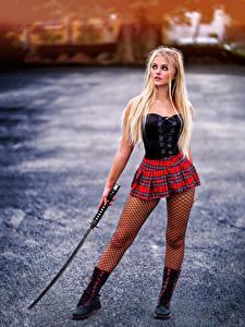 Desktop hintergrundbilder Katana Blond Mädchen Pose Rock Korsett Unscharfer Hintergrund Mädchens