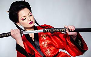 Hintergrundbilder Katana Grauer Hintergrund Brünette Kimono Schwert Hand Schminke junge frau
