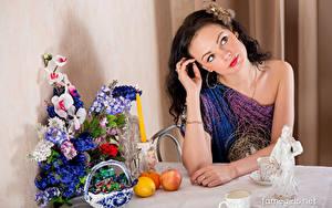 Fotos Katie Famegirls Äpfel Sträuße Zitrone Orange Frucht Kerzen Bonbon Tisch Sitzt Brünette junge frau