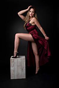 Bilder Pose Kleid Bein Blick Katie junge Frauen