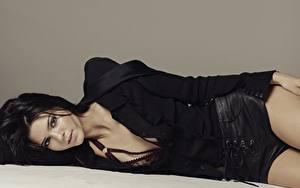 Bilder Grauer Hintergrund Brünette Liegt Shorts Starren Kendall Jenner Prominente Mädchens