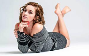 Desktop hintergrundbilder Kleid Hinlegen Hand Blick Kendra junge Frauen