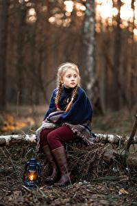 Fotos Petroleumlampe Kleine Mädchen Zopf Sitzend Starren
