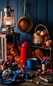 Bilder Pfeifkessel Äpfel Petroleumlampe Kürbisse Kastanien Messer Stillleben Becher Lebensmittel