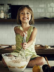 Fotos Küche Kleine Mädchen Starren Koch Lächeln kind