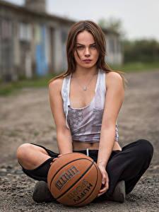 Hintergrundbilder Model Sitzt Ball Unterhemd Starren Unscharfer Hintergrund Klaudia Latto Mädchens