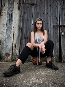 Fotos Model Sitzen Baseballkappe Unterhemd Ball Die Hose Klaudia Latto junge frau