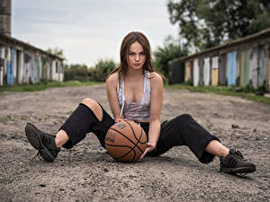Hintergrundbilder Model Sitzend Die Hose Unterhemd Ball Blick Bokeh Klaudia Latto junge frau