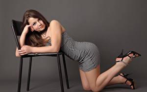 Fonds d'écran Kleofia model Arrière-plan coloré Aux cheveux bruns Les robes Chaises Jambe Talon haut Model jeune femme