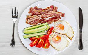 Hintergrundbilder Messer Gurke Tomaten Speck Teller Essgabel Spiegelei Geschnittenes
