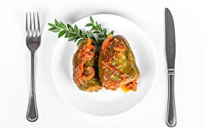 Bilder Messer Die zweite Gerichten Paprika Weißer hintergrund Teller Essgabel Lebensmittel