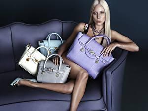 Fotos Lady GaGa Handtasche Sitzen Couch Bein Blondine Prominente Mädchens
