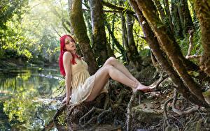Hintergrundbilder Posiert Sitzend Kleid Bein Bäume Lana Mädchens