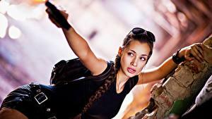 Bilder Lara Croft Cosplay Bokeh Zopf Brille Hand Blick junge frau