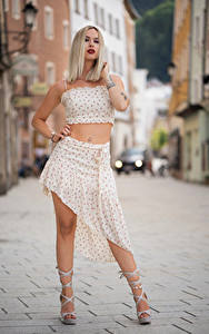 Hintergrundbilder Blond Mädchen Posiert Blick Laura junge frau