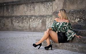 Hintergrundbilder Blondine Sitzend Bein Stöckelschuh Rock Bluse Unscharfer Hintergrund Pose Laura Mädchens
