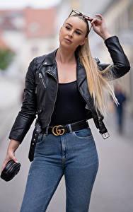 Bilder Unscharfer Hintergrund Blond Mädchen Brille Hand Jeans Jacke Blick Laura junge frau