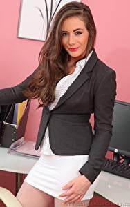 Fotos Laura Hollyman Braune Haare Sekretärinen Starren Lächeln Hand