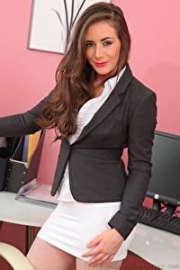 Fotos Laura Hollyman Braune Haare Sekretärinen Starren Lächeln Hand junge frau