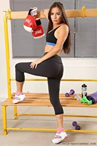 Fotos Laura Hollyman Fitness Uniform Braune Haare Posiert Bein Sportschuhe junge frau