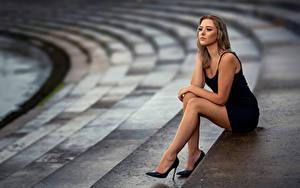 Hintergrundbilder Pose Sitzen Bein Kleid Unscharfer Hintergrund Laura junge Frauen