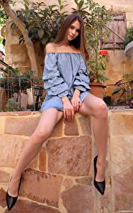 Fotos Leona Mia Sitzt Bein Stöckelschuh Blick junge Frauen