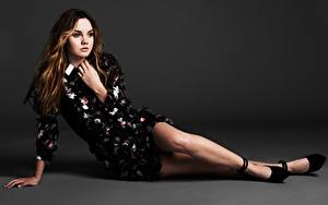 Fotos Grauer Hintergrund Braunhaarige Hand Kleid Bein High Heels Liana Liberato Prominente Mädchens