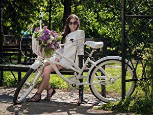 Bilder Flieder Bank (Möbel) Sitzen Kleid Brille Fahrräder Weidenkorb Blick Kari Horkova junge frau