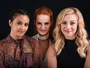 Bilder Blond Mädchen Rotschopf Brünette Starren Drei 3 Lächeln Lili Pauline Reinhart, Madelaine Petsch, Camila Mendes Prominente Mädchens