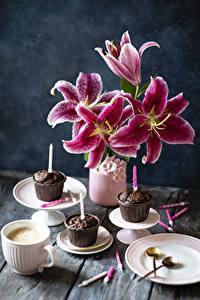 Bilder Lilien Cupcake Kerzen Kaffee Cappuccino Vase Teller Tasse Blüte