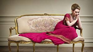 Bilder Lily James Couch Kleid Sitzen Prominente Mädchens