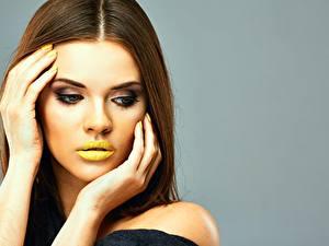 Hintergrundbilder Lippe Braune Haare Model Schminke Hand Maniküre Grauer Hintergrund junge frau