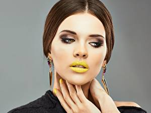 Bilder Lippe Model Frisur Make Up Hand Maniküre junge Frauen
