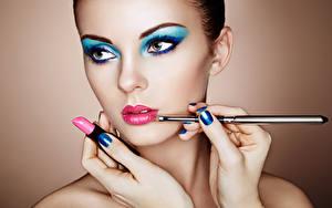 Bureaubladachtergronden Lippenstift Make up Gelaat Mooi Manicure Handen Oleg Gekman jonge vrouw