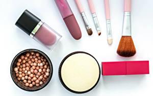Bureaubladachtergronden Lippenstift Witte achtergrond Make up Penseel Spiegel