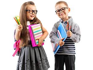 Hintergrundbilder Kleine Mädchen Junge Brille Zwei Bleistifte Rock Notizbuch Kinder
