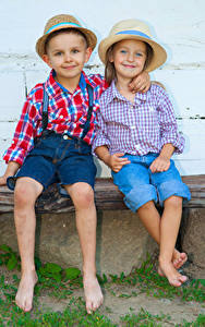 Bilder Kleine Mädchen Junge 2 Der Hut Hemd Lächeln Umarmung Sitzend Kinder