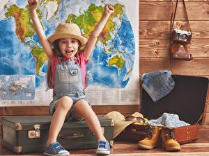 Fotos Kleine Mädchen Glücklich Der Hut Hand Koffer Boots Fotoapparat Kinder