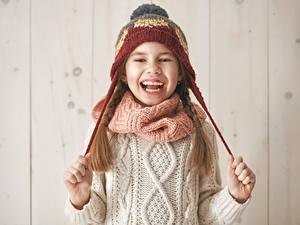 Hintergrundbilder Kleine Mädchen Lachen Mütze Hand Sweatshirt Kinder