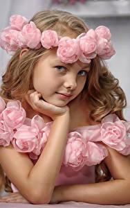 Fotos Kleine Mädchen Model Blick Kranz Pose kind