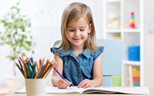 Bilder Kleine Mädchen Bleistifte Bunte Lächeln kind