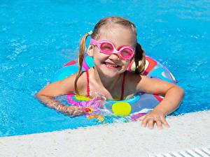 Fotos Kleine Mädchen Schwimmbecken Brille Lächeln Kinder