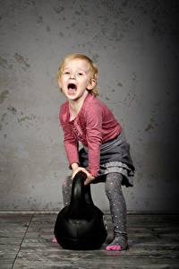 Fotos Kleine Mädchen Schreien Hanteln Kugelhantel