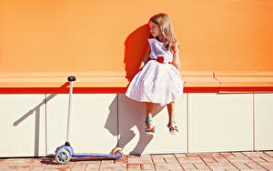 Hintergrundbilder Kleine Mädchen Sitzend Kleid Kinder