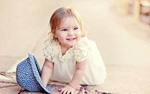 Fotos Kleine Mädchen Lächeln Kleid Der Hut Süß Kinder